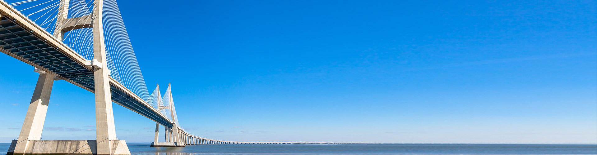 גשק מיתרים ענק מעל הים